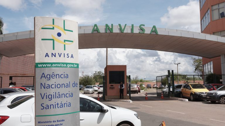 Prazo de 72 horas para Anvisa aprovar vacina pode parar na Justiça, diz autor da Lei Covid
